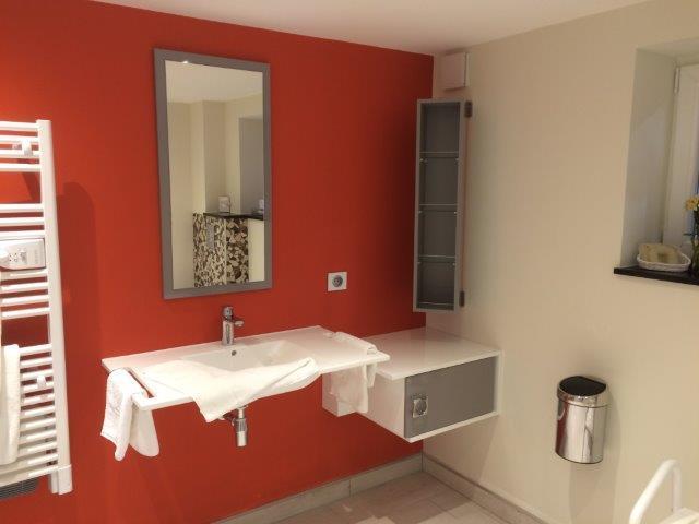 Salle de bain chambre de la chambre PMR