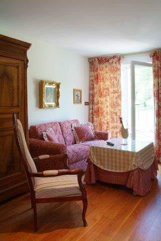 Espace salon avec canapé lit dans la villa