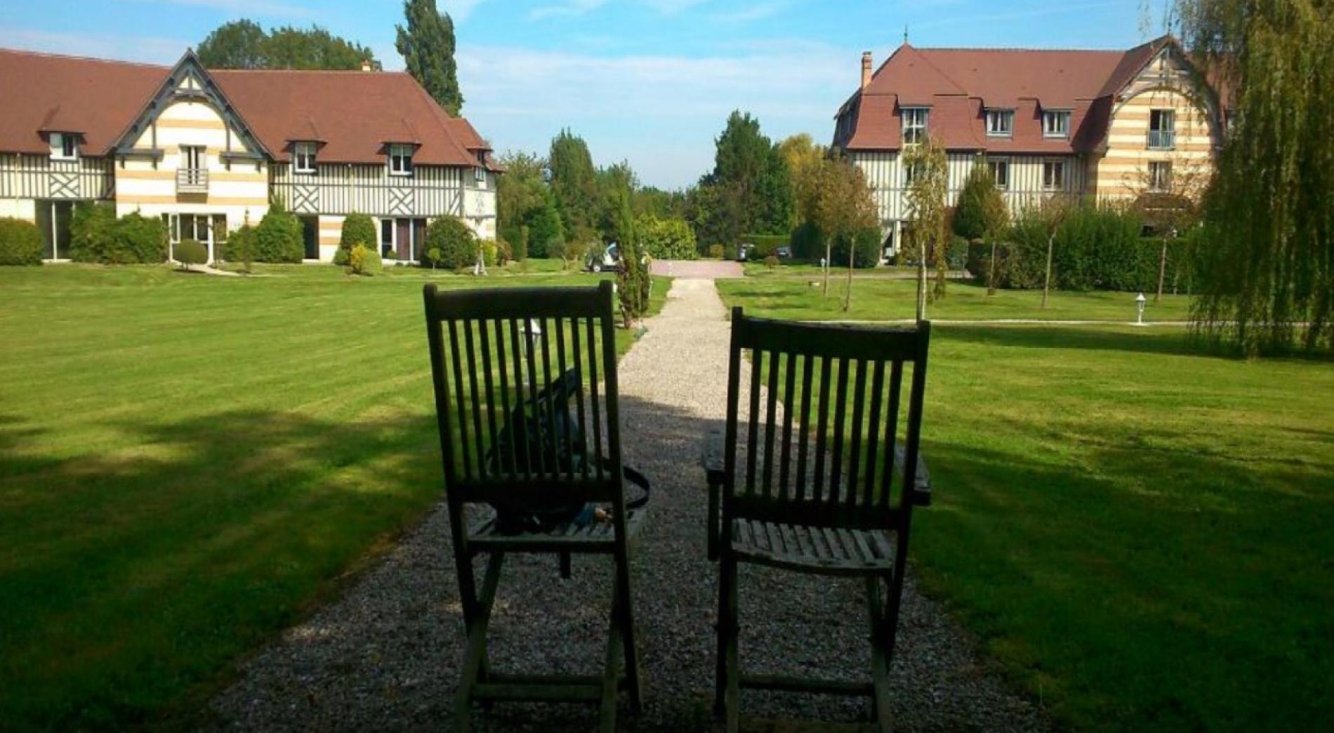 Promenade dans le joli parc en Normandie