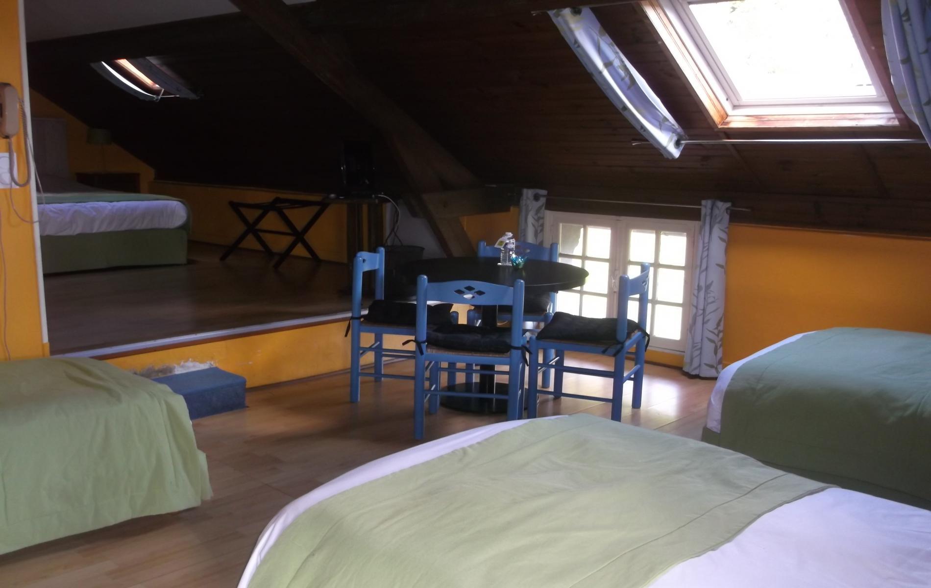 chambre familiale pour  personnes auberge saint martin pont l'êveque