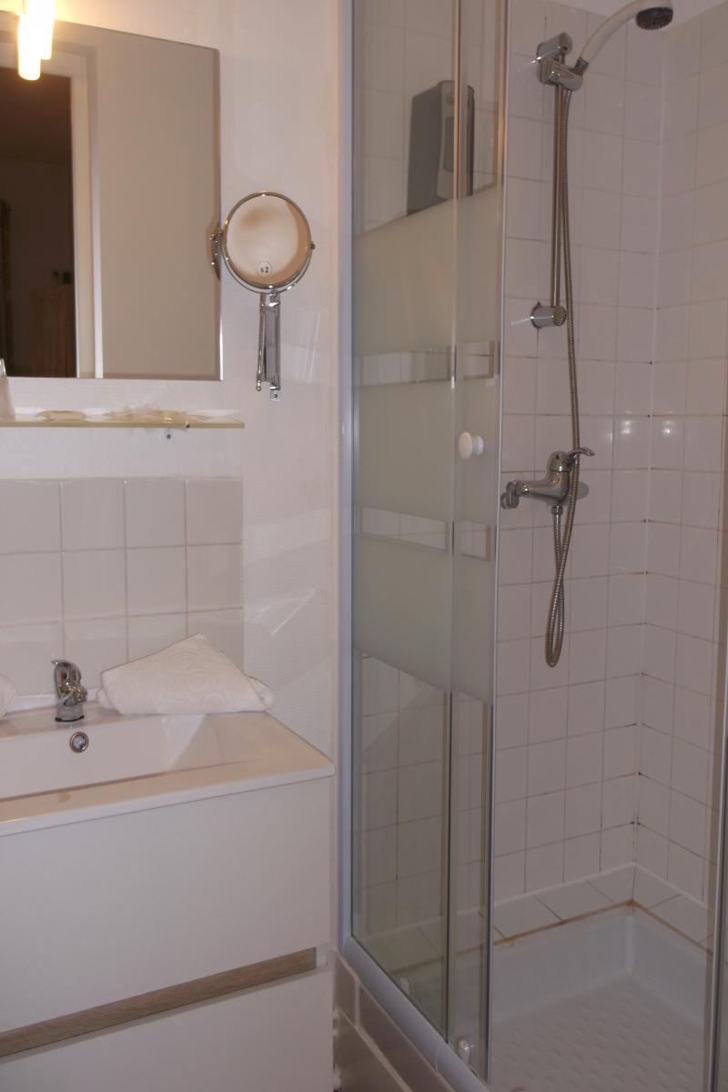 salle de bain chambre triple auberge saint martin pont l'évêque