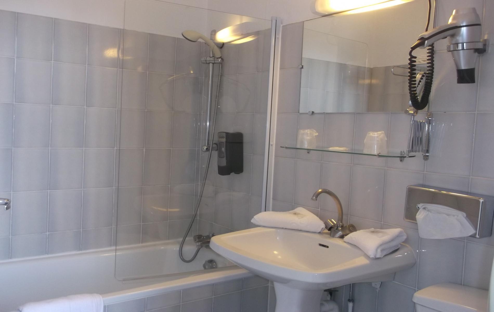 salle de bain chambre double auberge saint matin pont l'évêque