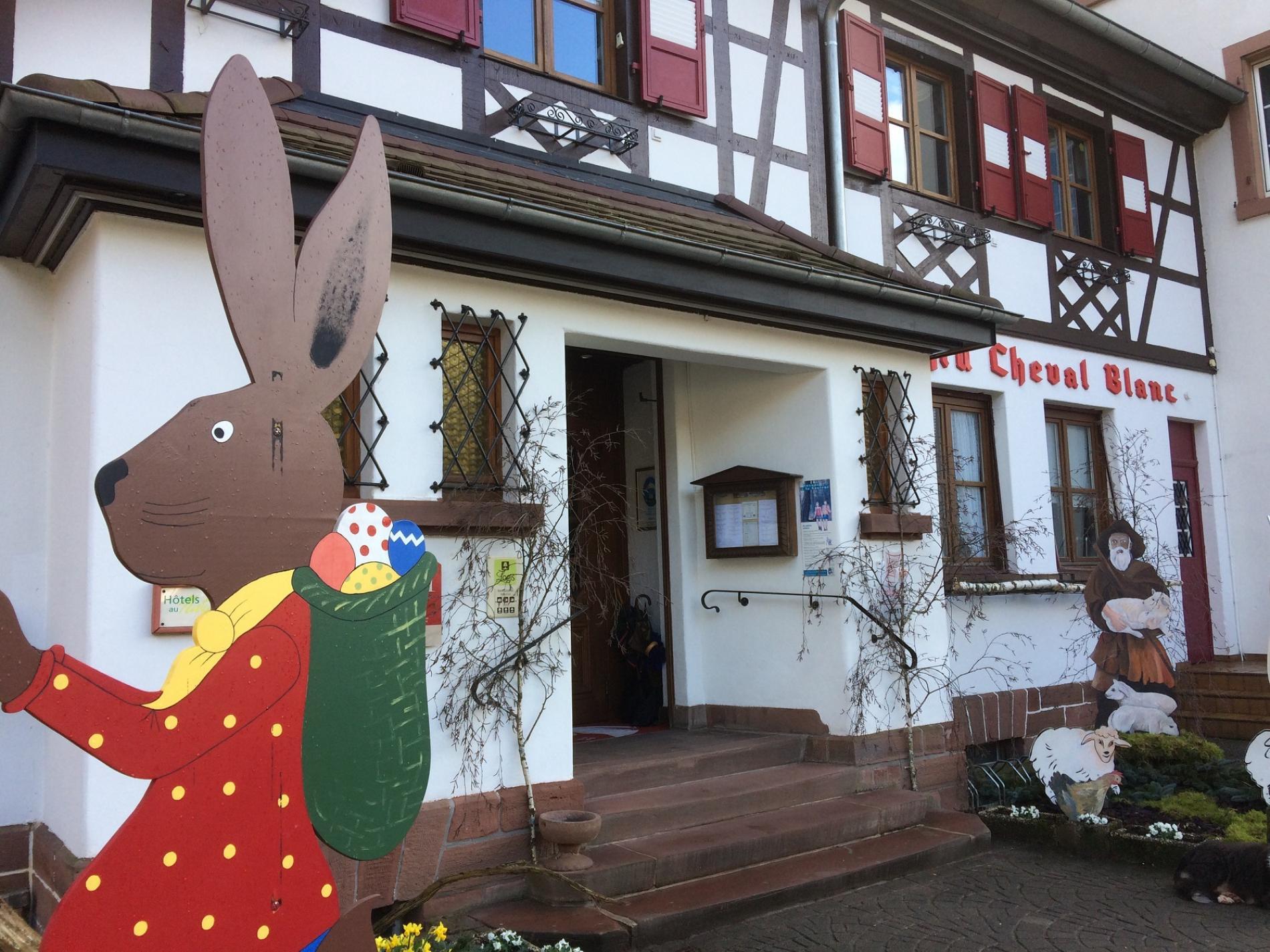 Décoration de Pâques au Cheval Blanc à Niedersteinbach