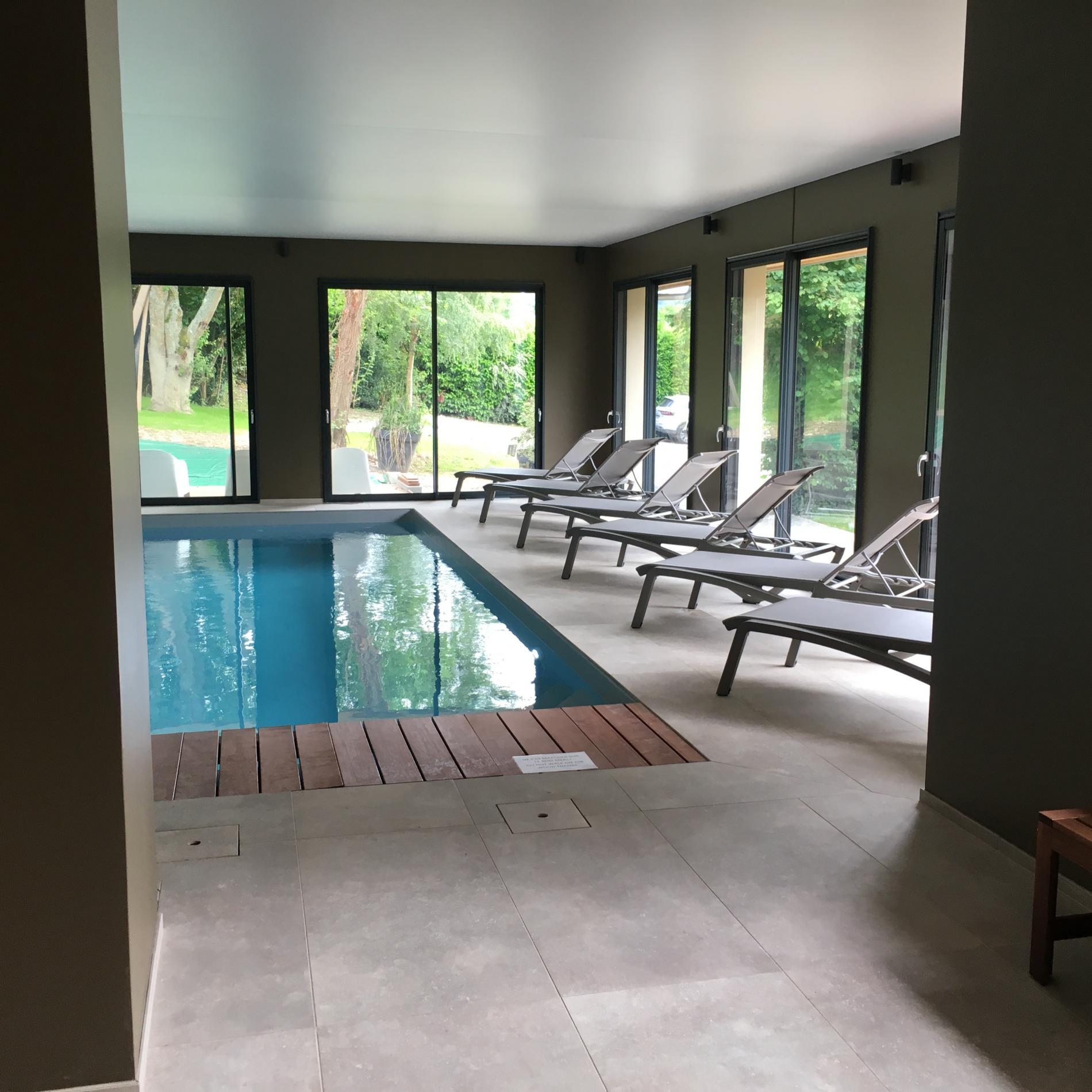 Espace bien-être piscine chauffée à jets massants, sauna et salle de massage