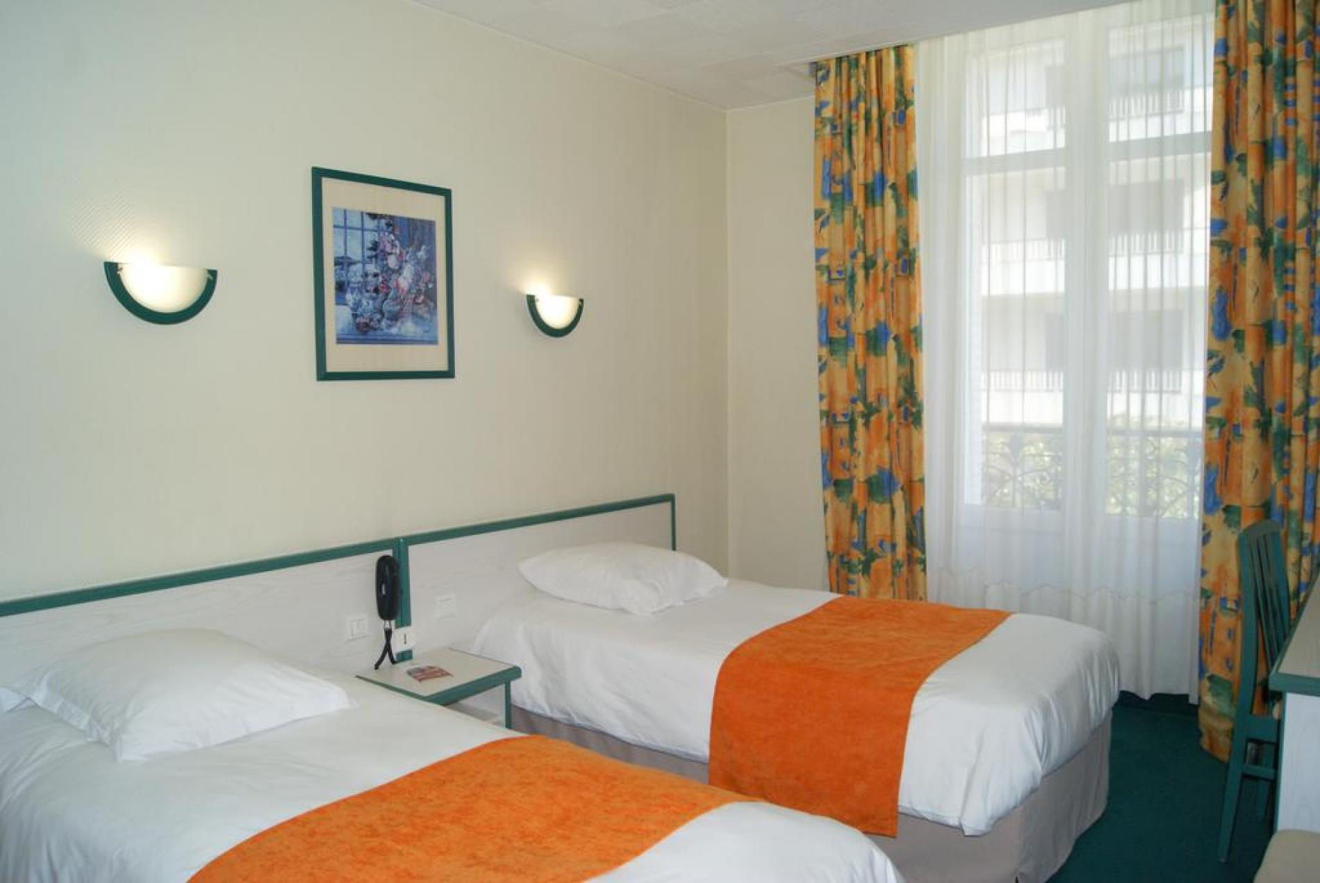 tarifs et offres de l 39 h tel l 39 univers angers chambre standard 2 lits. Black Bedroom Furniture Sets. Home Design Ideas
