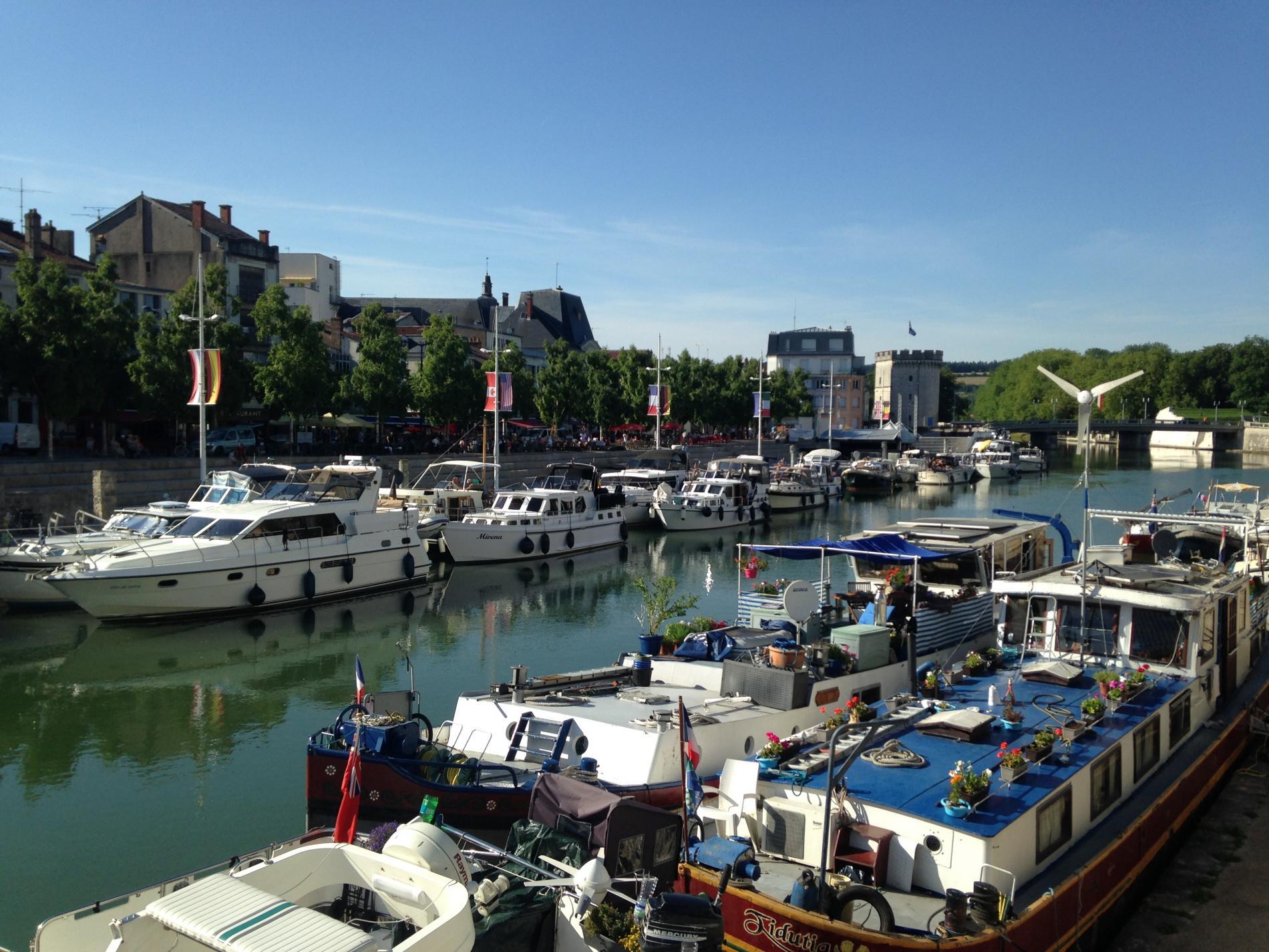 A 3mn, Quai de Londres, la Meuse, les terrasses...