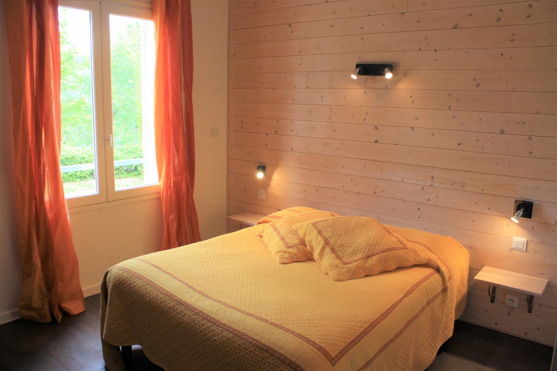 Studio économique grand lit avec kitchenette