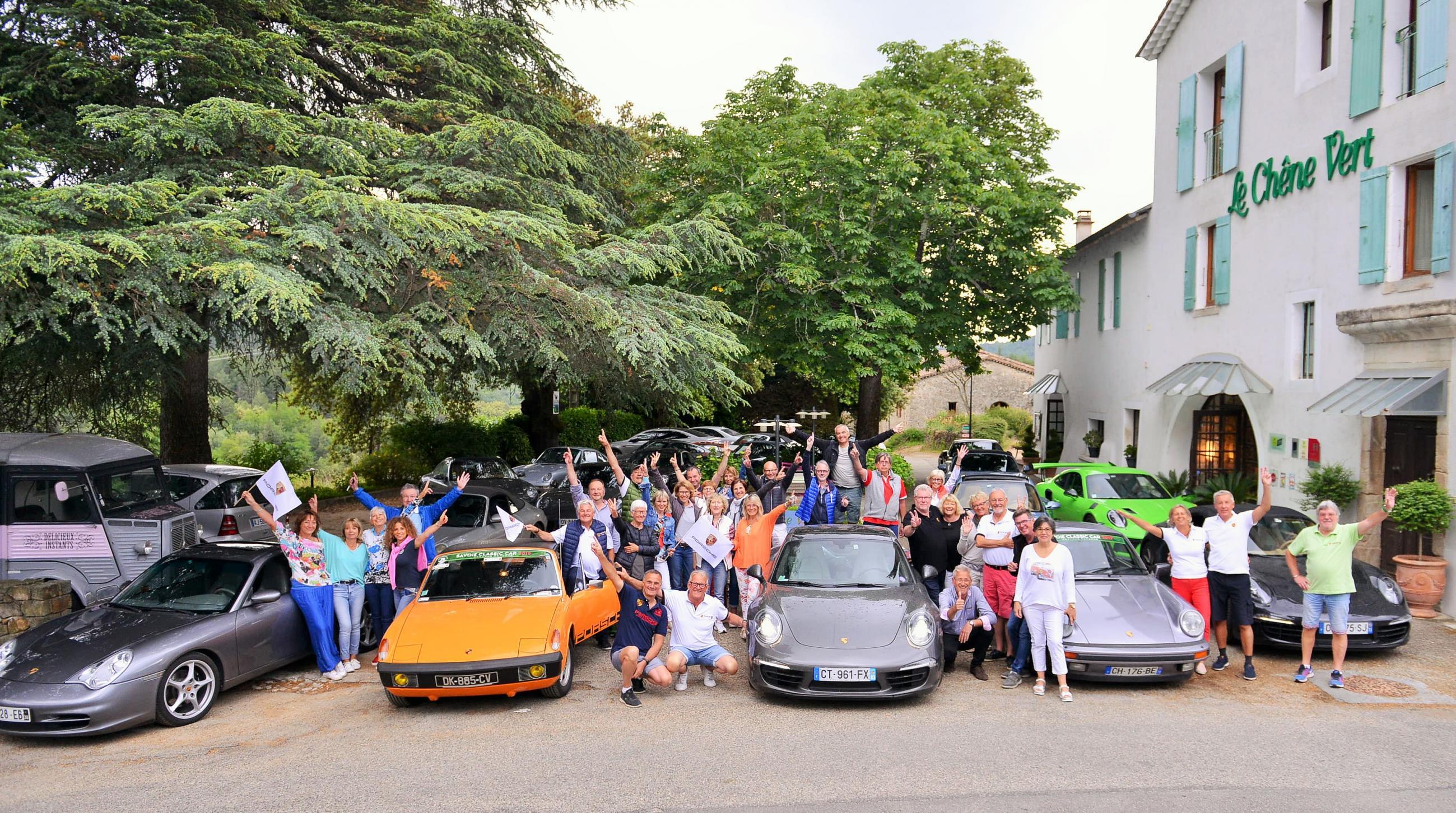 Groupe de voitures, motos, randonneurs, autocars, vélos, quads