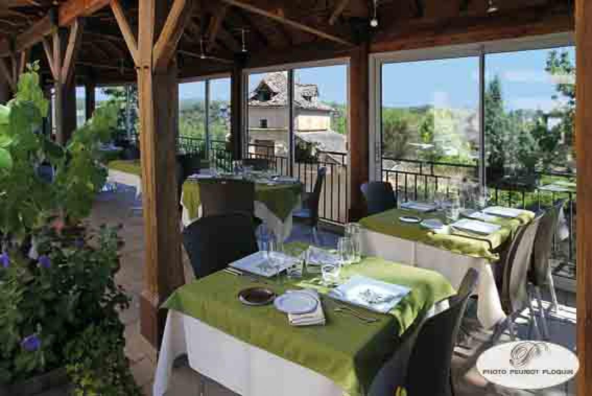 Le déjeuner en terrasse a L'Oustal del Barry