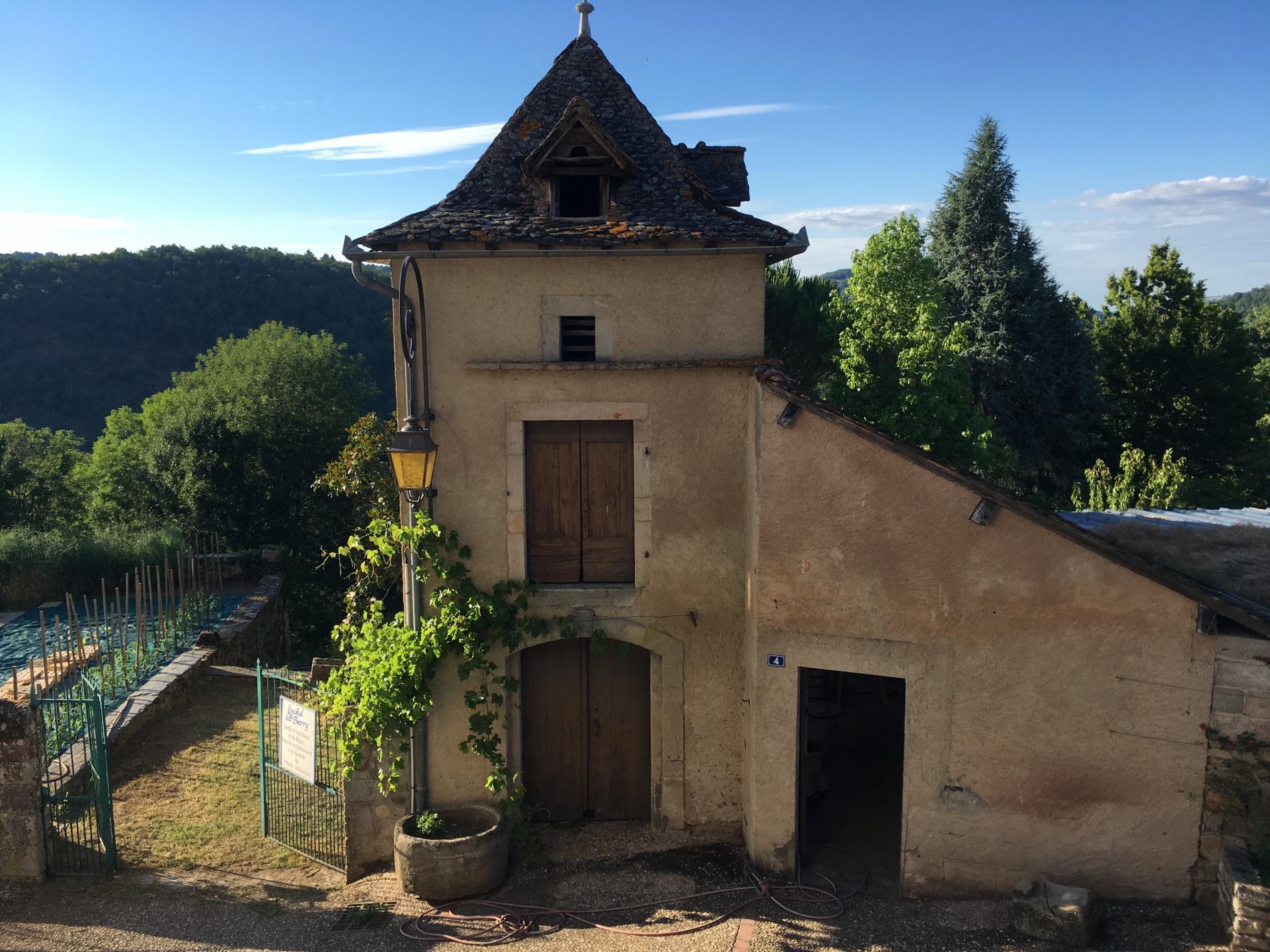 Le pigeonnier et l'entrée des jardins a L'Oustal