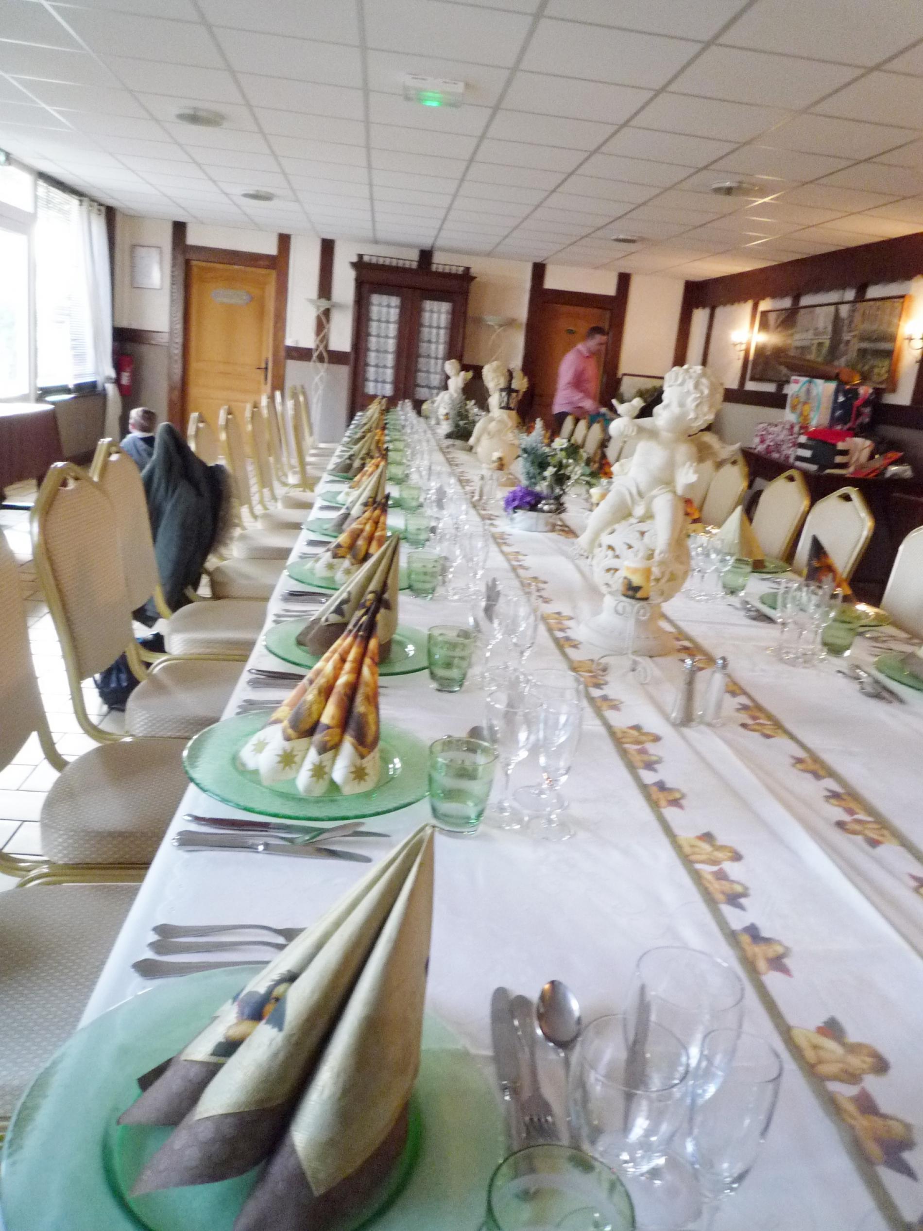 salle  banquet  table  pleine