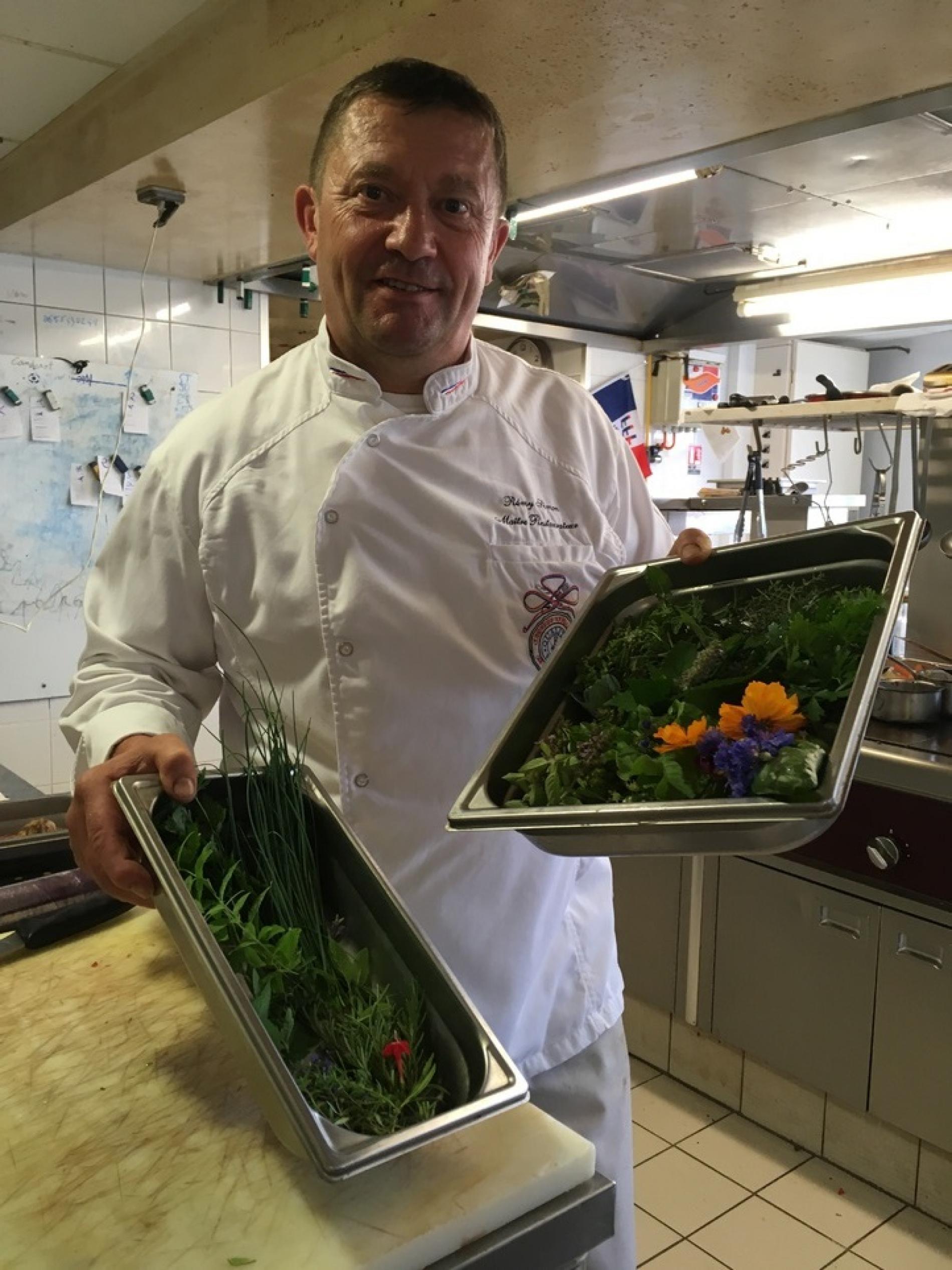 Le Chef, les herbes et fleurs comestible des jardins