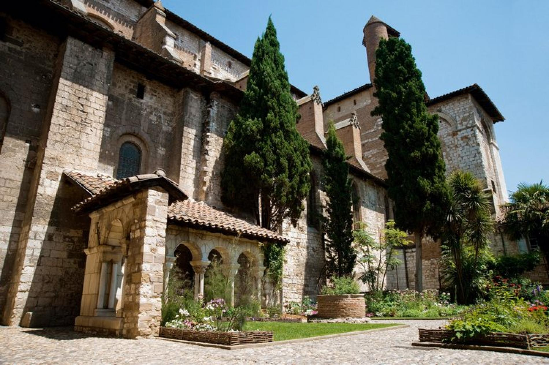 VISIT: The cloister and Saint Salvi Collegiate Church
