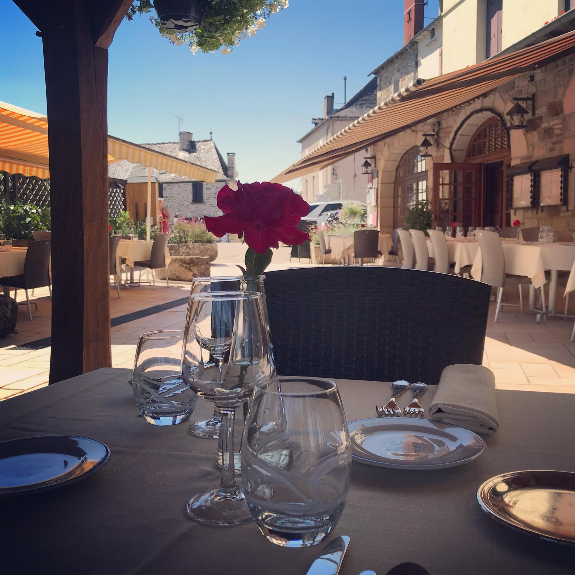 A table sur la terrasse a L'Oustal
