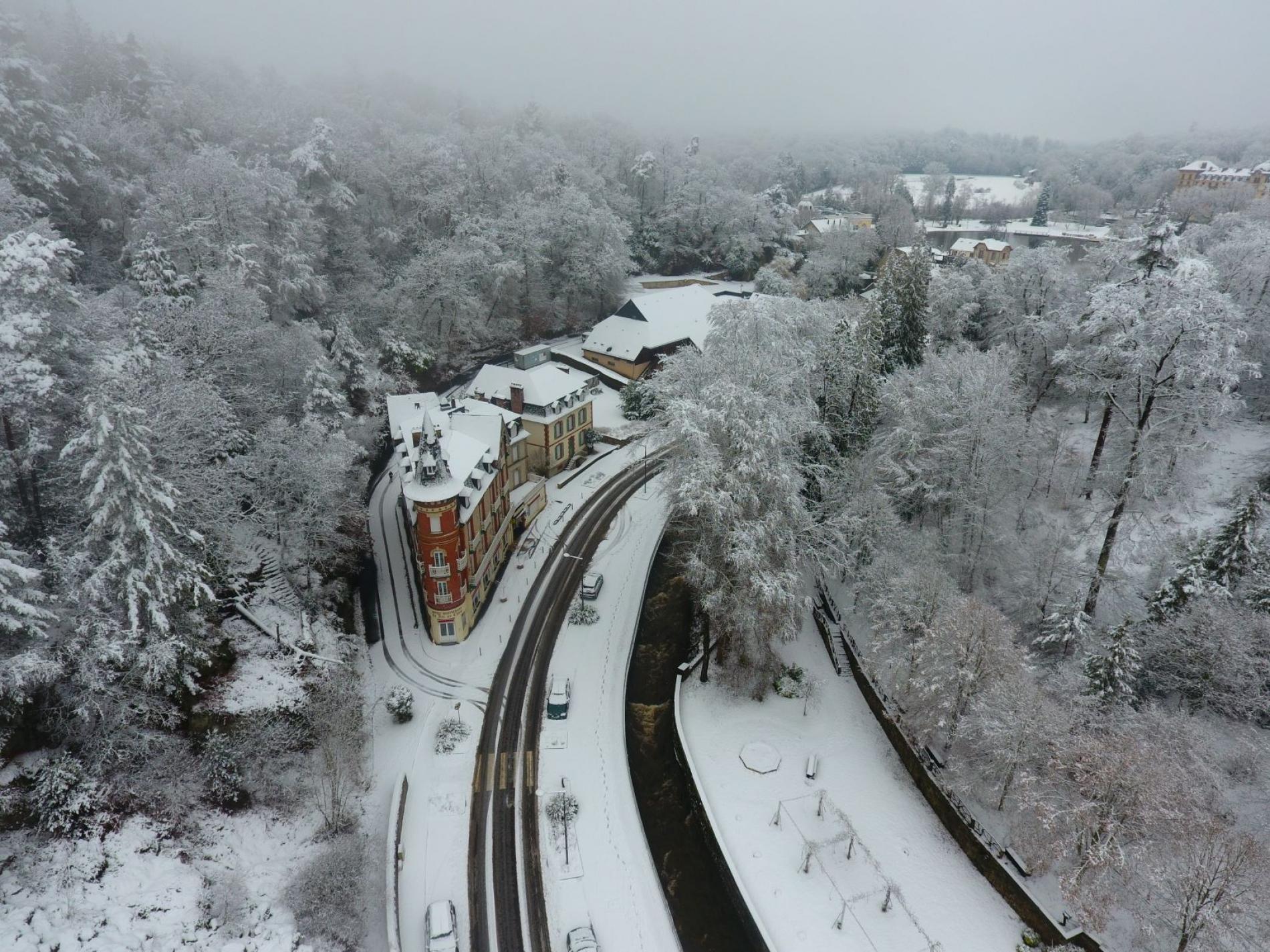Hôtel SPA Le Roc au chien vue du ciel sous la neige Bagnoles de l'Orne Normandie