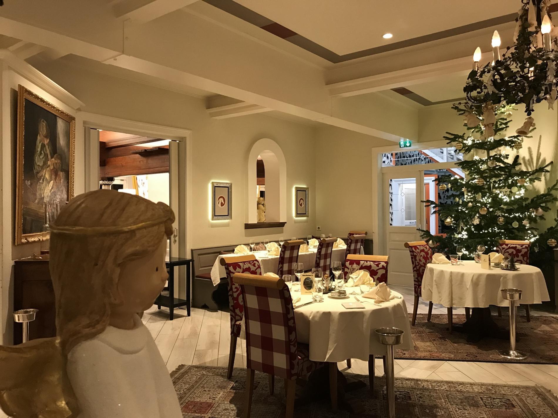 un grand sapin magnifique dans la salle du restaurant du cheval blanc Niedersteinbach