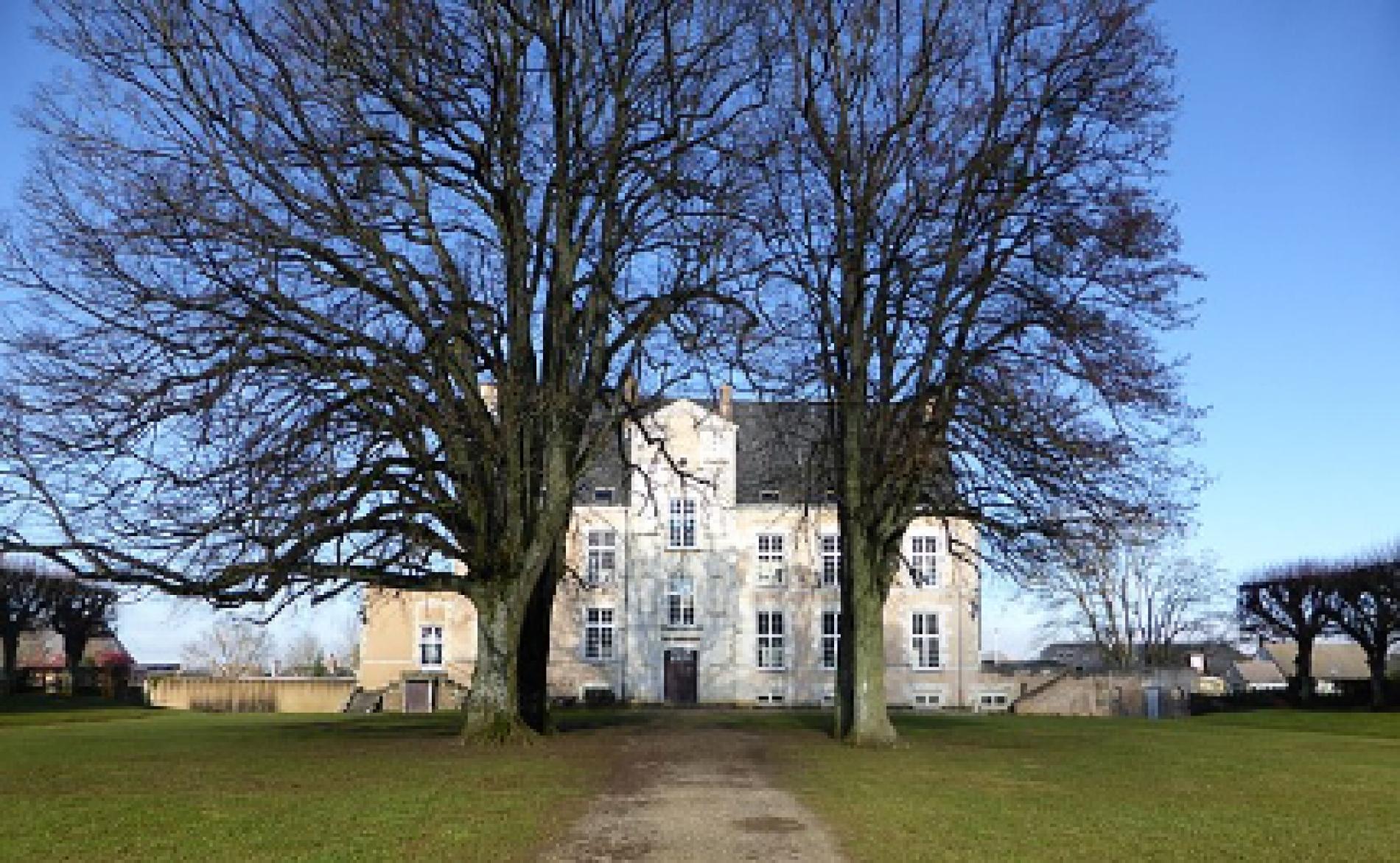 L'hôtel est situé à 550m du Château de La Loupe !