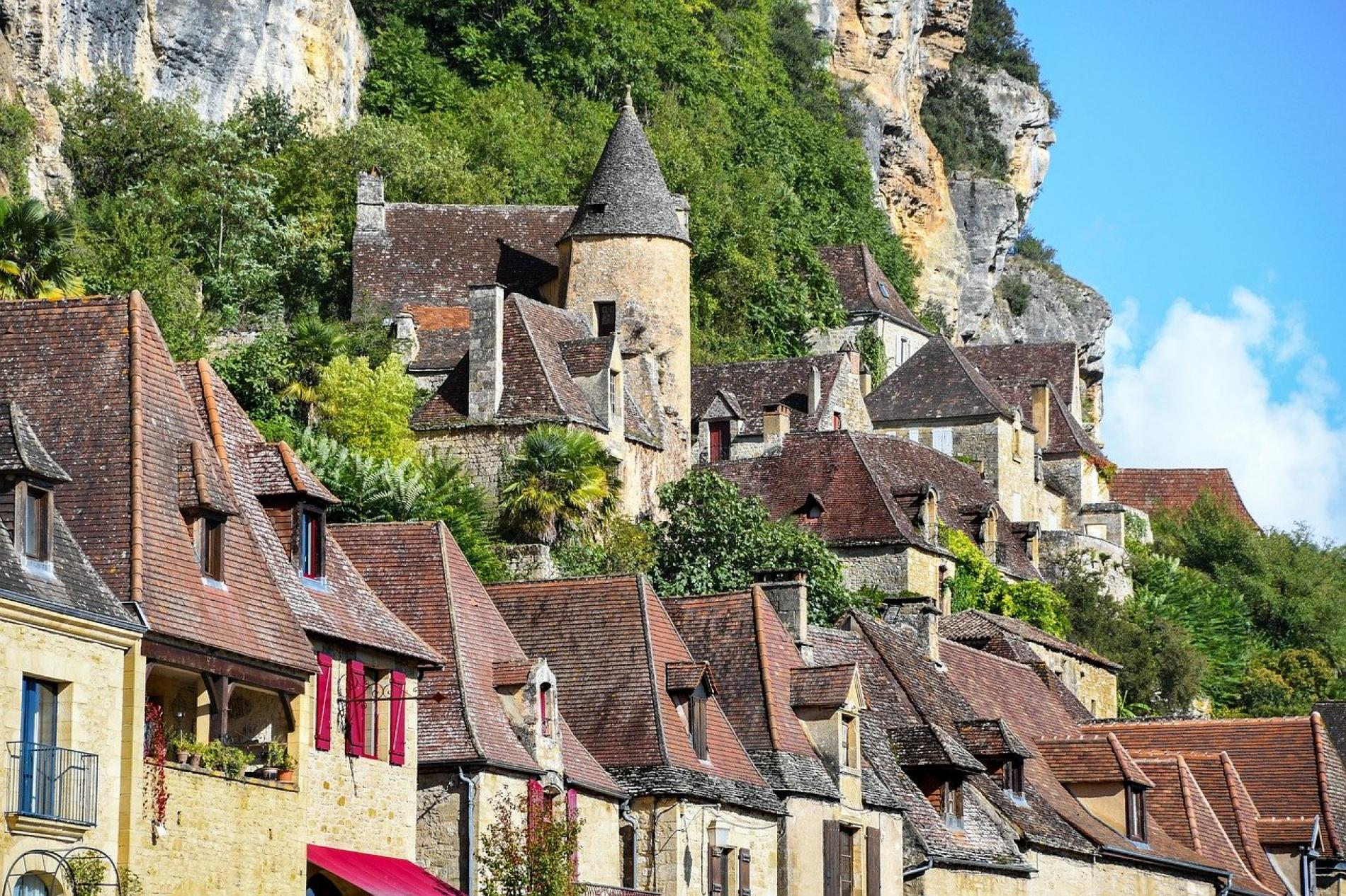 La Roque-Gageac built between cliff and La Dordogne