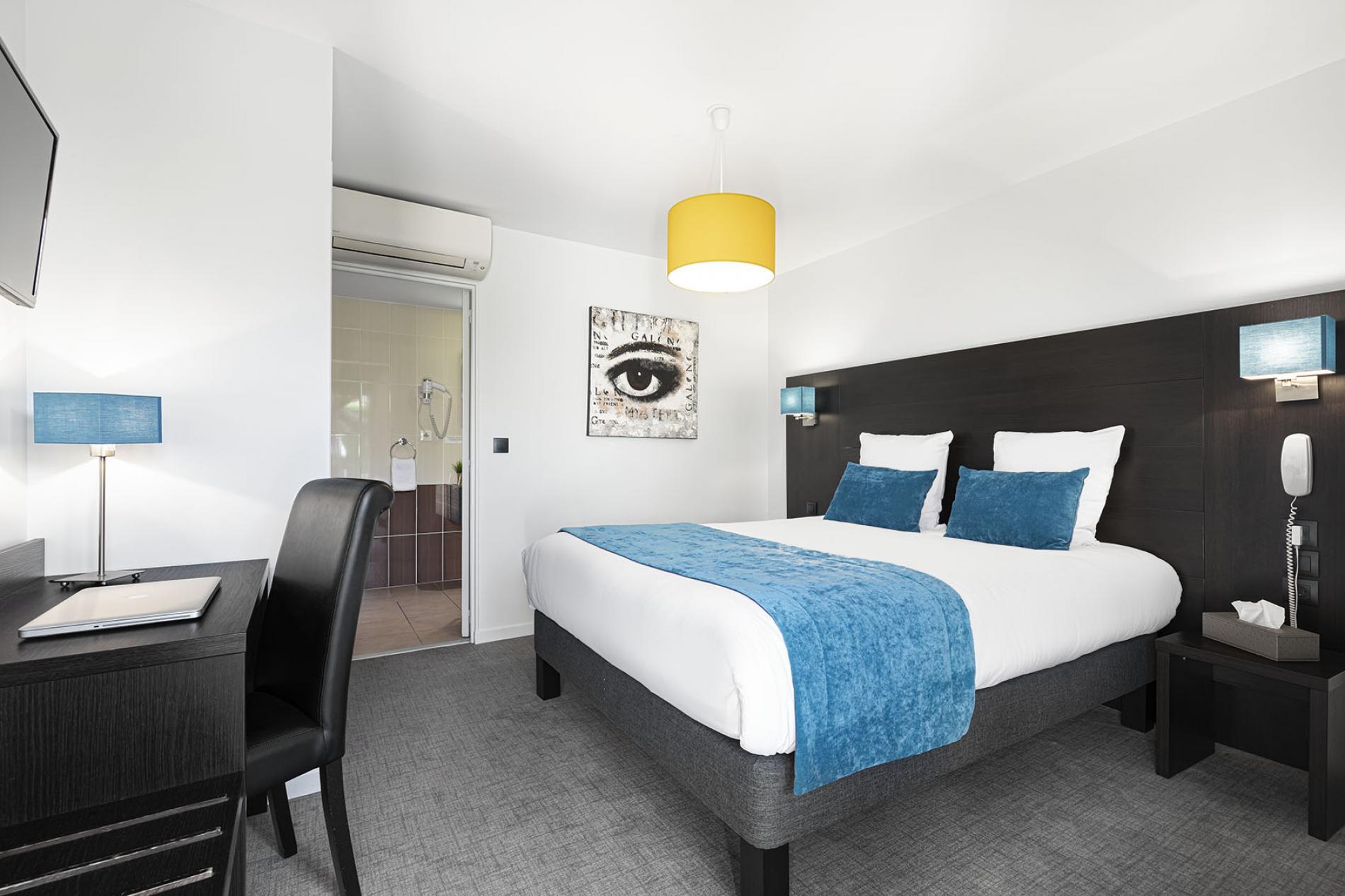 Salle De Bain Famille chambres climatisées à l'hotel les pierres dorées proche lyon