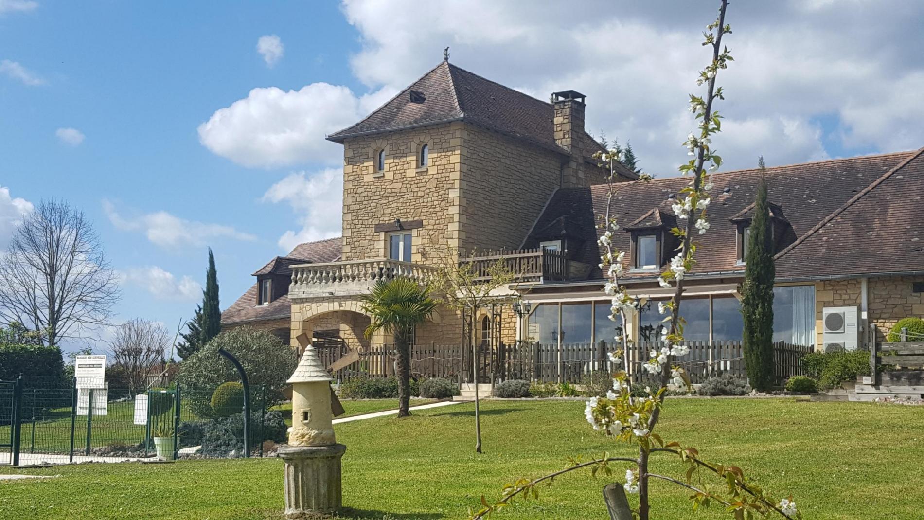 Situé aux portes du Périgord noir et dominant la vallée de la Vézère