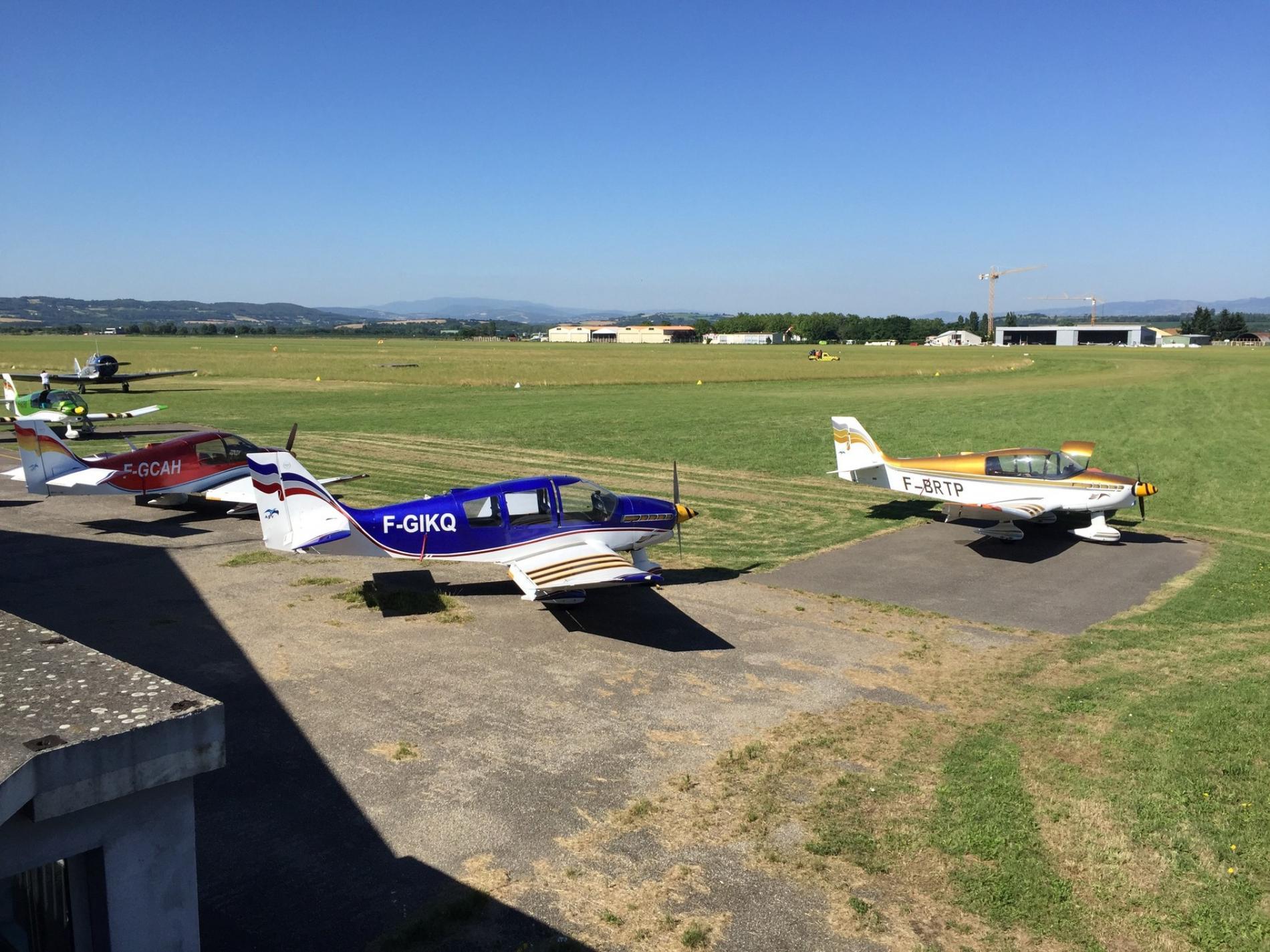 Aérodrome de corbas avec le parachutisme  et le vol à voile