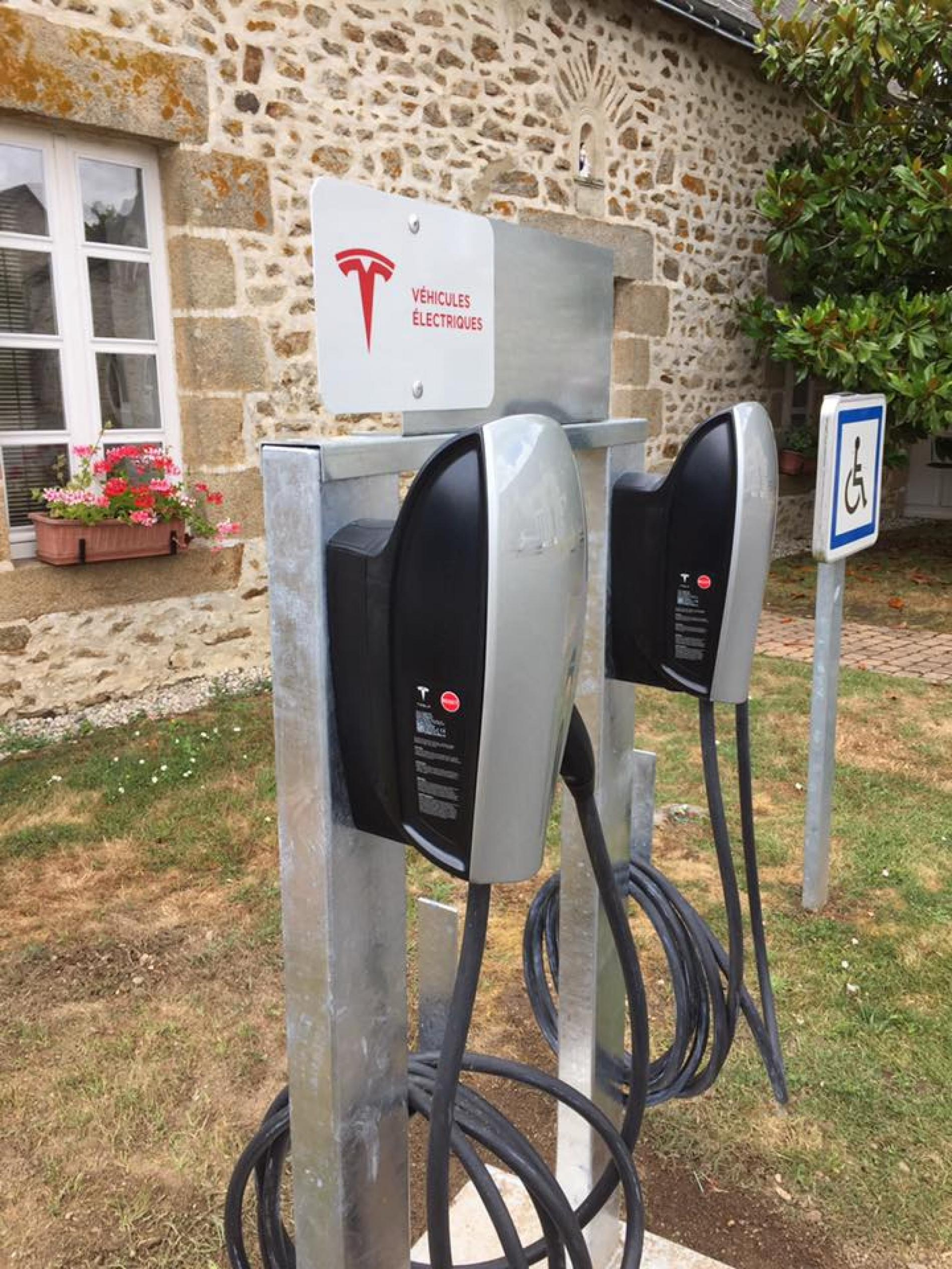 FREE PRIVATE PARKING - ELECTRIC TERMINAL