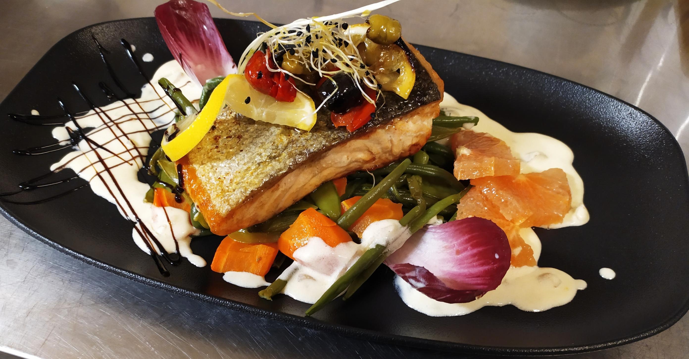 Poisson du marché sur lit de légumes cuits à l'anglaise