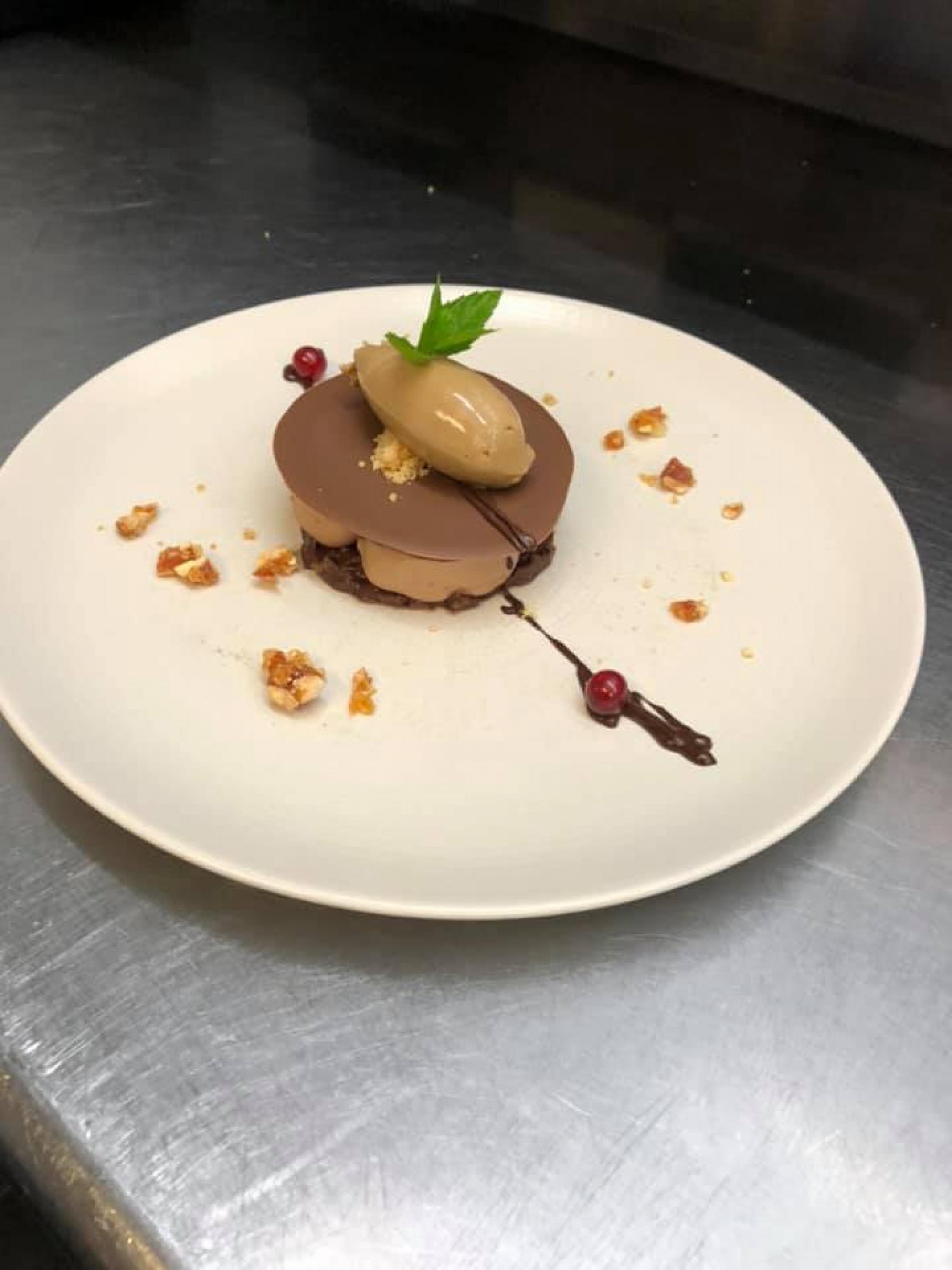 croustillant praliné, ganache chocolat noire et glace moka