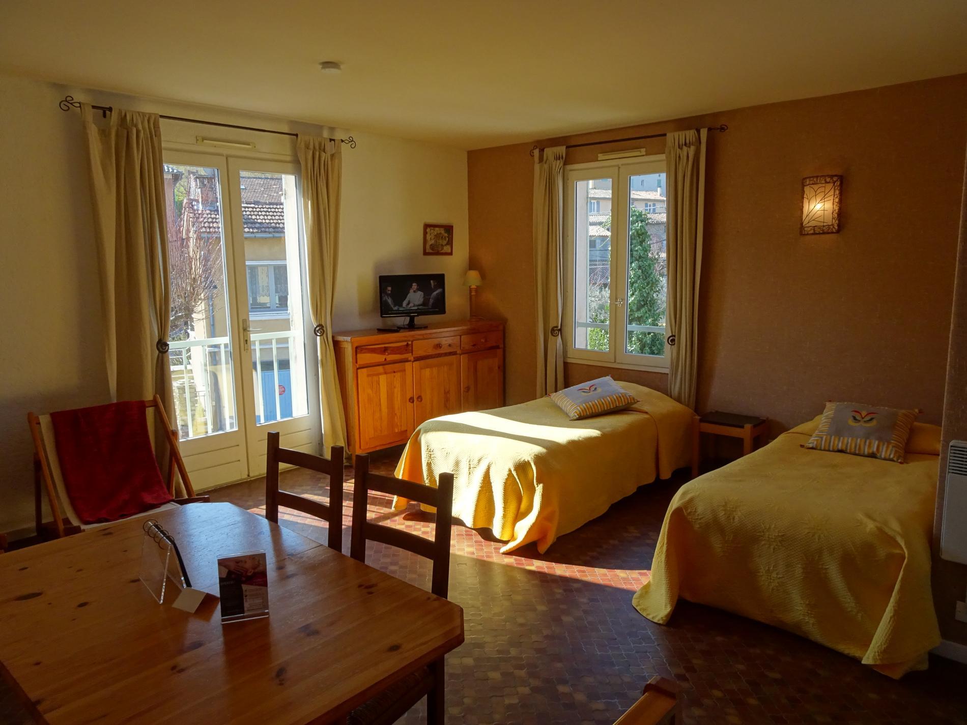 Appartement familial avec coin repas, lits jumeaux et chambre attenante