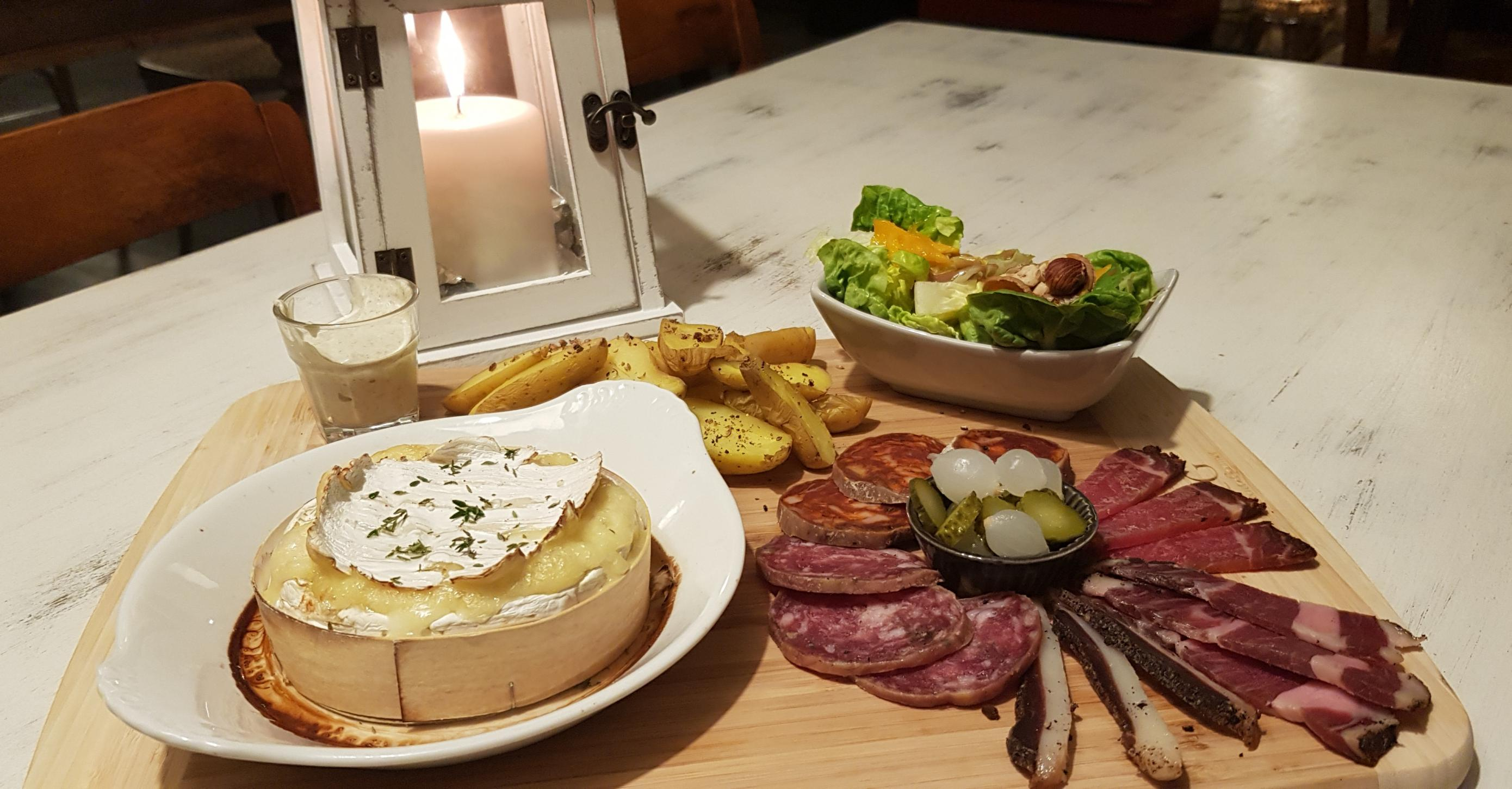 camembert complet : patates vapeur, charcuterie, salade...