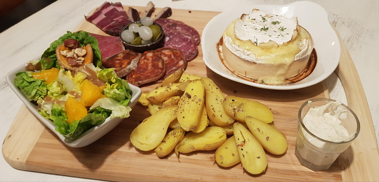 camembert complet: patates vapeur, charcuterie, salade...
