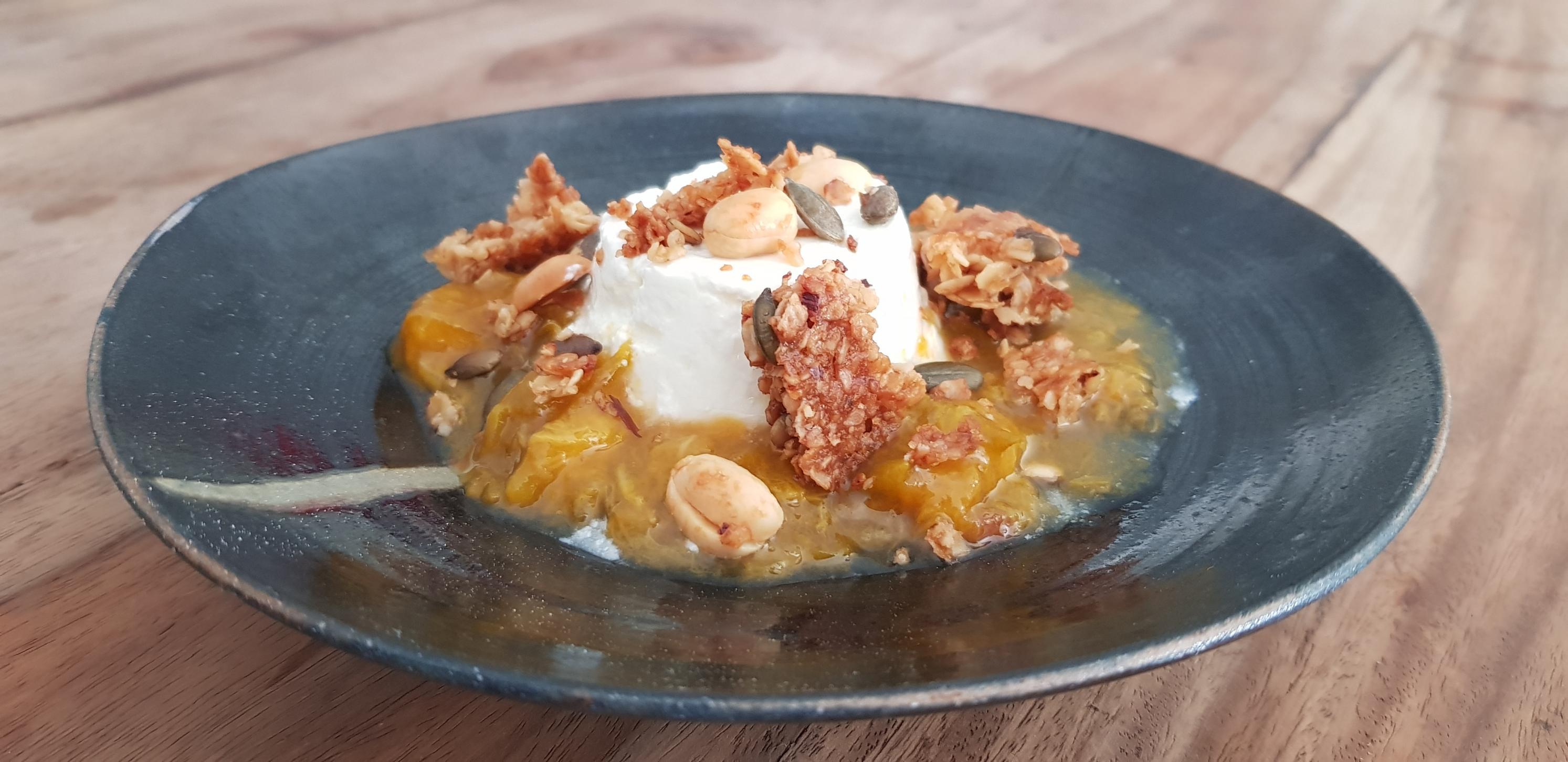 Faisselle compotée de fruits de saisons, granola maison