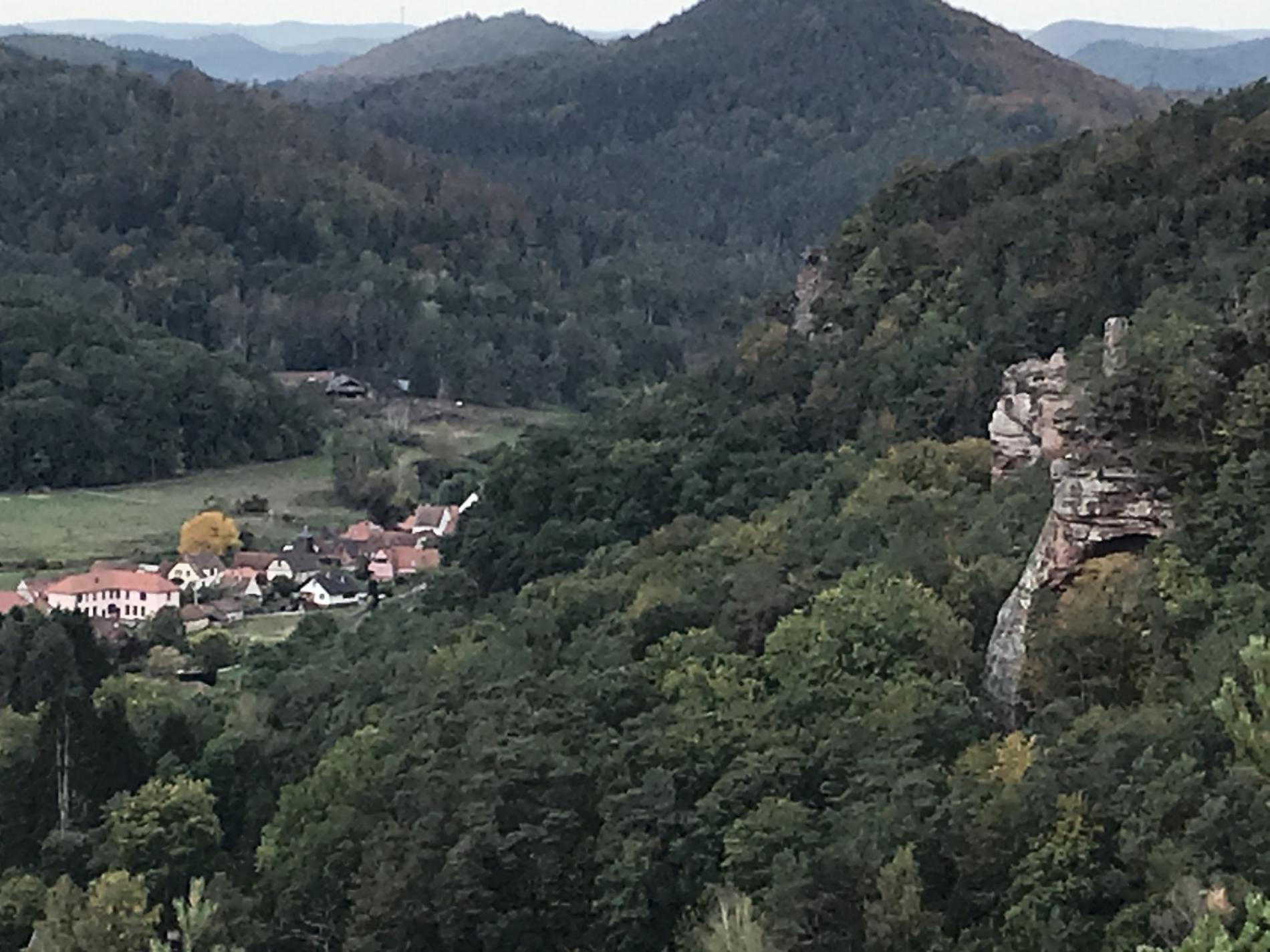 belle promenade avec un très beau point de vue près du Wasigenstein sur le village d'Obersteinbach