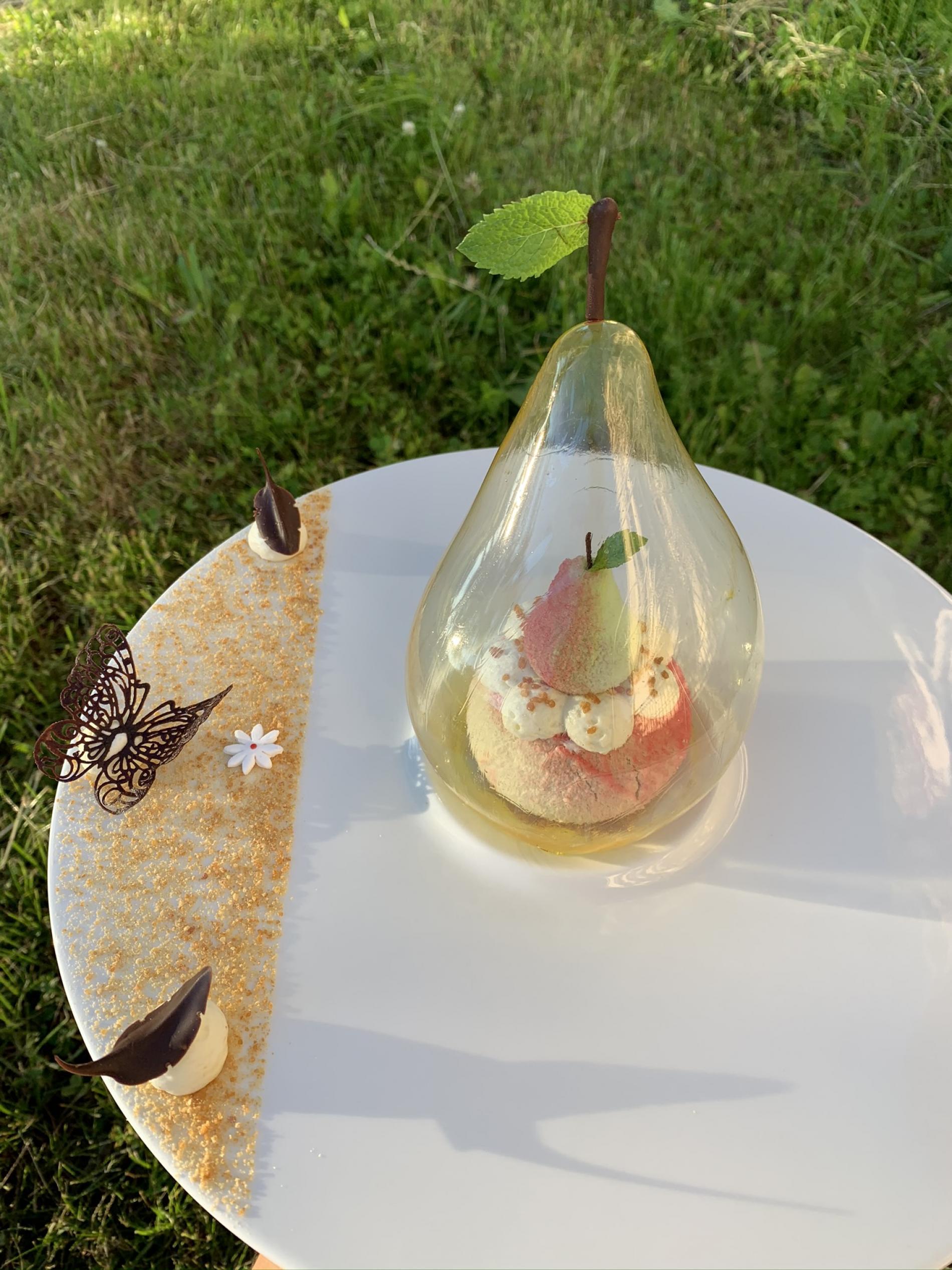 Dessert sans gluten Poire / chocolat au lait et Carmel dans une bulle en sucre soufflé