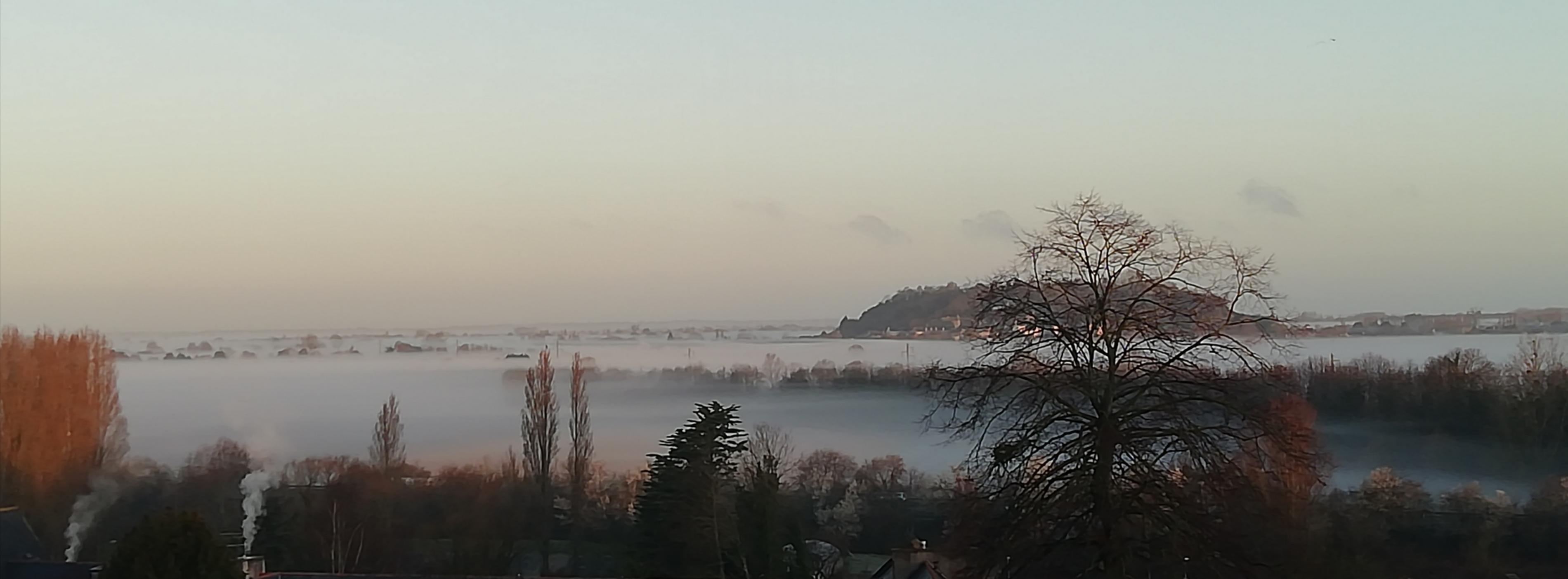 Vue sur le Mont Dol et la campagne de Dol dans la brume