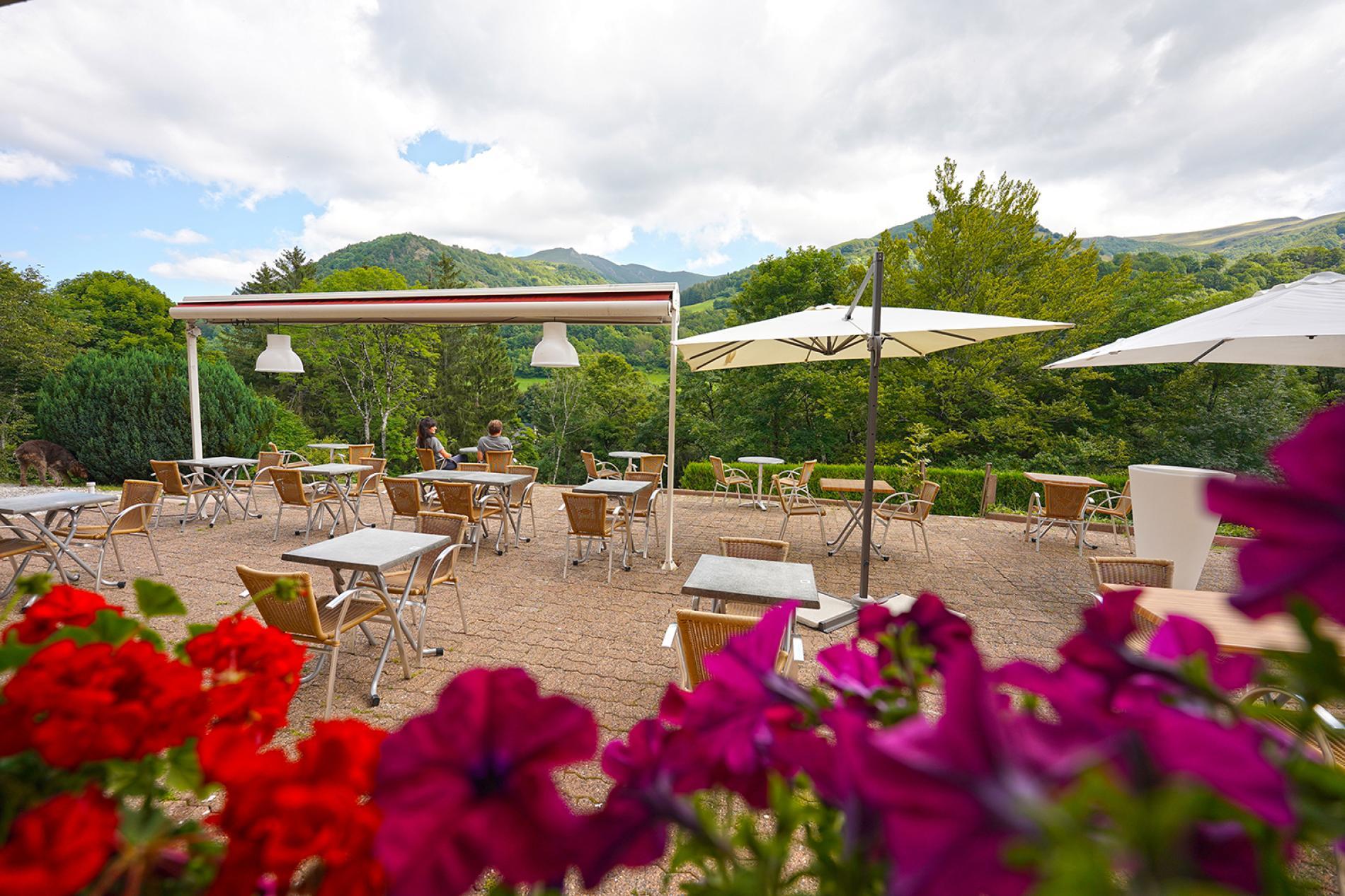 Terrasse avec vue sur les monts du Cantal